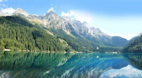 Laghi di montagna cristallini incorniciati dalle montagne